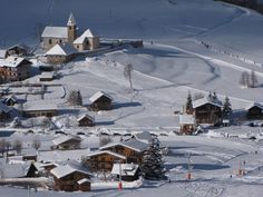Vue sur le bas du village depuis les pistes d'Albiez. #albiez #village #eglise #pistes #ski #chalet #maurienne