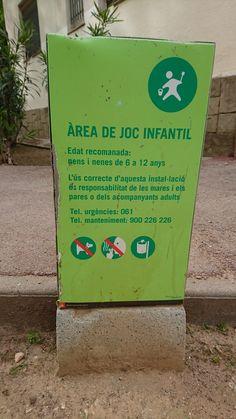 Cartell informatiu d'una àrea de joc infantil situat entre els edificis del Carrer de la Selva de Mar 260 (20/04/2016; 17.53h). L'ha fet l'Ajuntament de Barcelona i s'adreça a totes aquelles persones que facin ús del parc, especialment als veïns de la zona. En el text es dónen instruccions sobre l'edat i l'ús recomanat de l'àrea de joc i es diu com s'ha d'utilitzar l'espai. És un text curt i concís, amb imatges que el fan molt visual, però és massa petit i passa desapercebut on es troba…
