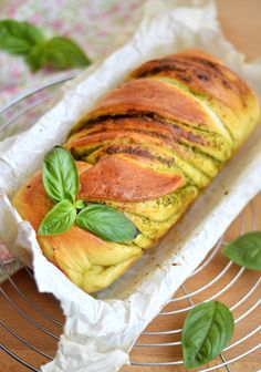 Brioche pesto e parmigiano Homemade Dinner Rolls, Dinner Rolls Recipe, Bread And Pastries, Best Italian Recipes, Favorite Recipes, Pesto, Vegetarian Recipes, Cooking Recipes, Good Food