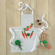 Un tablier appliqué d'un motif de carottes