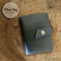 …la funda para libreta pequeña cerrada. Leather Notebook, Wallet, Purses, Paper Envelopes, Totes, Diy Wallet, Purse