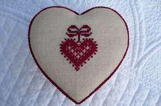 Modèle du Passé Composé Christmas Hearts, Valentines Day Hearts, Valentine Crafts, Cross Stitch Heart, Christmas Embroidery, Couture, Le Point, Creations, Shapes