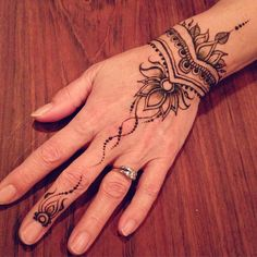 Henna hand with trailing vines | Nadine Davidson (@nadinesdreams) on Instagram