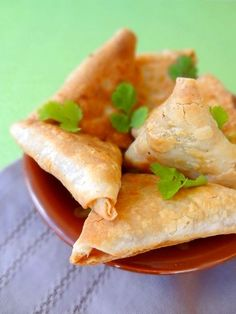Samoussa indien maison) - Maissane Ctf - My Ideas Indian Snacks, Indian Food Recipes, Asian Recipes, Veggie Recipes, Appetizer Salads, Appetizer Recipes, Healthy Cooking, Cooking Recipes, Tunisian Food