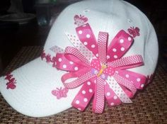 Modelo de lazos en gorras! Fancy Hats, Cute Hats, Diy Hat, Diy Hair Bows, Craft Night, Little Girl Hairstyles, How To Make Bows, Clothes For Sale, Headbands