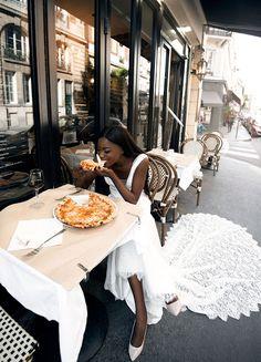 Mariée a Paris | Robe en dentelle de Calais-Caudry | Veronika Jeanvie #Yummy #pizza #surprize #vinrouge #vin #redwine #food #happy #wedding #fiance #Paris #France #reallife #wine #bride #palaisroyal #happymood #optimisme #veronikajeanvieparis