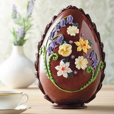 They don't come much prettier than the handcrafted Bettys Large Milk Chocolate Spring Flowers Egg made from Swiss Grand Cru milk chocolate Easter Cookies, Easter Treats, Luxury Easter Eggs, Easter Biscuits, Egg Cake, Easter Greeting Cards, Chocolate Heaven, Easter Chocolate, Easter Eggs