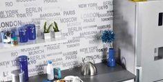 Pared de cocina decorada con papel pintado.