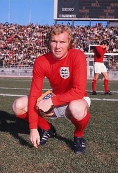 Greece 0 England 2 in Dec 1971 in Athens. Bobby Moore poses for a picture before the Euro qualifier. Retro Football, World Football, Football Soccer, England Football Players, Jimmy Greaves, Fifa, Bobby Moore, Der Club, England National