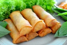 Spring rolls are a large variety of filled, rolled appetizers.It is very popular in pakistan and over most Asian countries.You can make it on daytime snaks or engjoy with your fiend and family.Here we share you easy spring rolls recipe. I Love Food, Good Food, Yummy Food, Southwestern Egg Rolls, China Food, Egg Roll Recipes, Ramadan Recipes, Mets, Spring Rolls