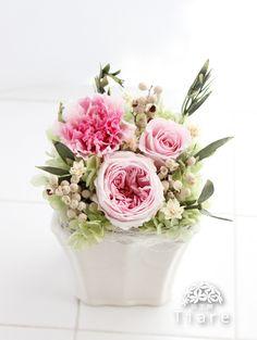 プリザーブドフラワーの仏花。お供えにも、可愛いお花を飾りませんか。清楚で女性らしいアレンジメント。