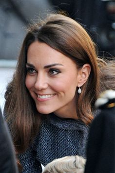 love minimal makeup. her beautiful skin/eyes/hair/cheekbones speak for themselves.  love these earrings, too.