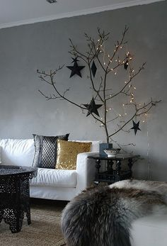 It's Christmas decorating crunch time with only 17 more days to go! If you adore minimalist home decor, you'll love these modern Christmas decorations. Black Christmas, Best Christmas Lights, Noel Christmas, Modern Christmas, All Things Christmas, Winter Christmas, Minimalist Christmas, Simple Christmas, Christmas Feeling
