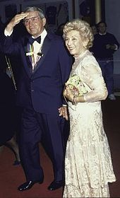 Perry Como and wife Roselle Bellino Como. An elegant pair. Perry Como, Andy Williams, Celebrities Then And Now, Classy Men, Classic Films, American Singers, Old Hollywood, Love Story, Nat King