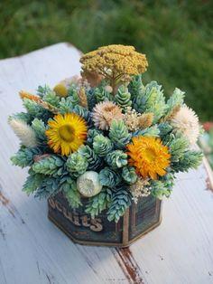 Centro de flores en caja de 'Biscuits'