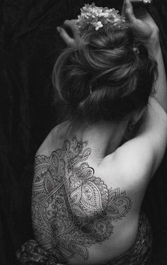 back tattoos mandalas lace henna style Henna Tattoo Back, Henna Tattoos, Body Art Tattoos, Tribal Tattoos, Tattoo Ink, Mandala Tattoo Back, Wrist Tattoo, Shoulder Tattoo, Hindi Tattoo
