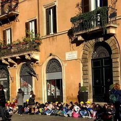 Nesse frio nada melhor do que se aquecer na hora do lanche! A criançada aproveitou o sol na Piazza Navona!!! Que delícia!!!  . Lembre-se que até dia 25 de dezembro terão vários sorteios! O último será uma estadia de 3 dias em Roma!!! Volta uma foto e participe!!! . #Roma #europe #instatravel #eurotrip #italia #italy #rome #trip #travelling #snapchat #emroma#viagem #dicas #ferias #dicasdeviagem #brasileirospelomundo #viajandopelomundo #piazzanavona #frio #outono