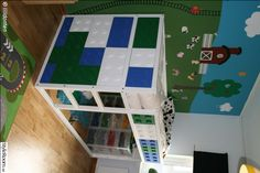 """Loftsäng dekorerad med """"Lego""""."""