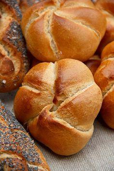 """Sowohl das Rezept von Brandls aus dem Buch """"Der Duft von frischem Brot"""" als auch der direkte Kontakt zum Produktionsleiter der Linzer Bäckerei Brandl haben mich zu diesem Rezept inspiriert. Die Bäckerei Brandl gilt als beste Handsemmelbäckerei Österreichs. Ich habe mich verleiten lassen, aus dem Teig auch Salzstangerl und Mohnflesserl zu formen, aber da braucht es Weiterlesen..."""