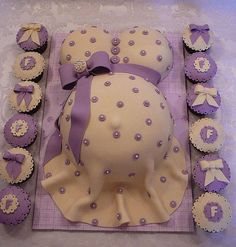 Pregnant Belly A shower pregnant belly cake with jewel on the bow, all edible. This is a vanilla cake with buttercream covered with fondant. Baby Shower Cakes, Baby Bump Cakes, Baby Shower Signs, Baby Shower Themes, Shower Ideas, Baby Cakes, Pregnant Belly Cakes, Pregnant Cake, Pregnant Bellies