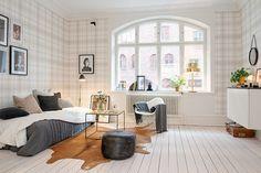 Bilder, Vardagsrum, Grått, Tapet, Fönster, Trägolv, Rutigt, Sittpuff - Hemnet Inspiration