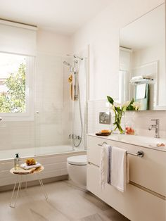15 Most Amazing Farmhouse Bathroom Decoration Ideas. If you want to see different styles, go to the embellished and modern bathroom pages. Ideas of rustic bathrooms so as to be inspired. Narrow Bathroom, Large Bathrooms, Rustic Bathrooms, Amazing Bathrooms, Modern Bathroom, Bathroom Ideas, Bathroom Furniture, Bathroom Interior, Design Your Home