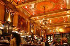 Repletos de história e óptimos para um simples convívio ou uma amena conversa. Descubra os 10 cafés mais bonitos de Lisboa.