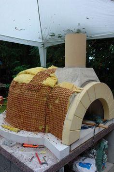 Bei diesem Ofen wurde Ziegelrappitz als Putzträger über der Wärmedämmung angebracht. Man kann aber auch normales Drahtgewebe (Hasendraht) verwenden.