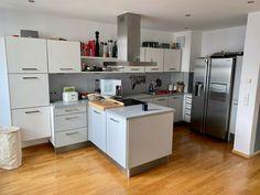 Wir verkaufen w Neuanschaffung unsere Einbauküche ink. aller E-Geräte. Das genaue Alter der Küche können wir leider nicht sagen, aber >12 Jahr ist es in jedem Fall. Die E-Geräte sind jünger, wissen wir aber nicht besser.Für alle Bilder gilt, dass der Side-by-Side Kühlschrank NICHT zum Verkauf steht, der bleibt bei uns ;-)Die Küchenzeile ist 4,20 m lang und 2,20 m hoch. Dazu kommen links vom Kühlschrank ein Schubladenschrank mit 36cm und rechts ein Apothekerschrank mit ebe Alter, Table, Furniture, Home Decor, Built Ins, Knowledge, Interior Design, Home Interior Design, Desk