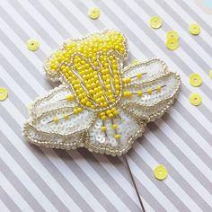 Вблизи минималистичней не бывает..всего на три цвета☀ _____________________________________ #chi_fshn #omsk #ekb #siberia #omskfashion #accessory #accessories #brooches #brooch #flowers #may #flowerbrooch #embroidery #handmade #омск #омск55 #екб #новосиб #аксессуары#брошь #брошьназаказ #брошьизбисера #ручнаяработа #вышитаяброшь #вышивка #нарцисс