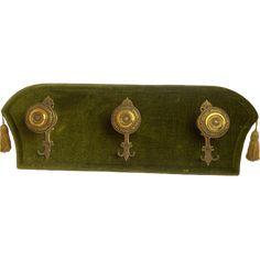 Mooie velours vintage kapstok met drie koperen haken en goudkleurige flosjes aan de zijkant
