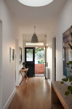 Image 14 of 17 from gallery of Light Box / Damon Hills + Finnis Architects. Courtesy of Damon Hills + Finnis Architects Bungalow Interiors, Bungalow Renovation, Bungalow Homes, Damon Hill, Bungalow Extensions, House Extensions, Decoration Shop, Flur Design, Hallway Designs