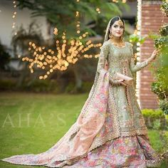 looks so Flawless and Gorgeous on her Mehndi and Baraat Day😍💥. Pakistani Bridal Makeup, Bridal Mehndi Dresses, Pakistani Fashion Party Wear, Walima Dress, Asian Wedding Dress, Shadi Dresses, Wedding Dresses For Girls, Pakistani Wedding Dresses, Pakistani Outfits
