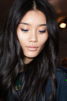 woah. dark blue liner and bronze shadow. in love.