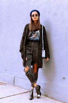 Gizele Oliveira usa look cool com mom destroyed + t-shirt + cardigã