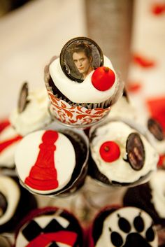 twilight_party_breaking_dawn_vampire_edward_cupcakes_decorations_ideas_red_black_white.jpg (1067×1600)