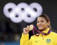 La brasileña Sarah Menezes celebrando la medalla de la victoria, tras ganar el oro en la competición de judo femenino -48kg en los Juegos Olímpicos de Londres 2012
