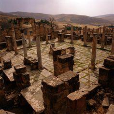 Djémila en Algérie Djémila, ou Cuicul, avec son forum, ses temples et ses basiliques, ses arcs de triomphe et ses maisons, à 900 m d'altitude, est un exemple remarquable d'urbanisme romain adapté à un site montagneux.