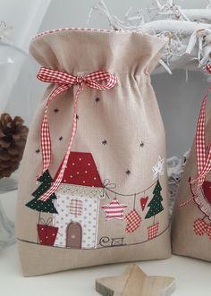*Weihnachtsbeutel zum Befüllen*  verziert mit einem Weihnachtshäuschen, Schlitten, Tannenbaum, Stern, Geschenken und Tannenbäumchen...  Das Säckchen ist zum Verschließen und kann je nach...