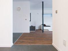Naturstein küsst Holz: Übergang zwischen Schiefer-Fliesen Grey Slate und Parkettboden – jonastone
