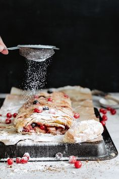 A delicious & healthy variation of the classic Strudel: berry apple strudel recipe. The perfect last-minute dessert for Christmas! Strudel Recipes, Pastry Recipes, Pavlova, Easy Desserts, Dessert Recipes, Delicious Desserts, Breakfast Recipes, Vegan Christmas Desserts, Christmas Recipes