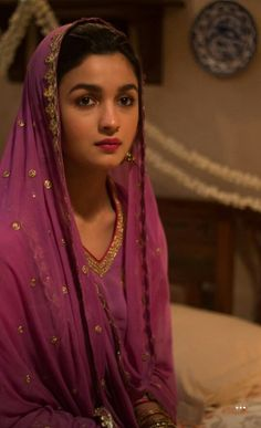Alia's look in Raazi Bollywood Heroine, Bollywood Fashion, Bollywood Actress, Alia Bhatt Photoshoot, Aalia Bhatt, Alia Bhatt Cute, Alia And Varun, Bollywood Stars, Bollywood Celebrities