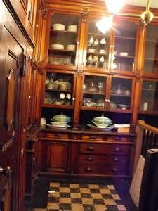This wonderful old Butler's Pantry got it right. Glass front cabinetry and beautiful woodwork and highly organized. All the properties that a Century Butler's Pantry still needs. Kitchen Butlers Pantry, Butler Pantry, Pantry Cabinets, Bakers Kitchen, Pantry Doors, White Cabinets, Victorian Interiors, Victorian Homes, Vintage Interiors