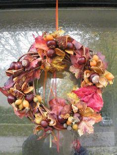 herfstkrans met kastanjes, rozenbottels en kunstblad