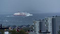 Hurtigruta i uvær - Hurtigruteskipet 'Nordlys' trosset uværet på sin ferd mellom Svolvær og Skrova onsdag formiddag. - Foto: Roy Charlsen /