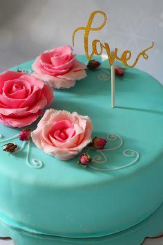 Kihlajaiskakku sokerimassalla. Sisällä sitruunainen mustikkamousse. Birthday Cake, Desserts, Food, Tailgate Desserts, Birthday Cakes, Deserts, Eten, Postres, Dessert