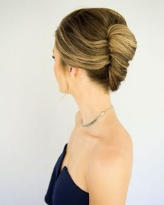 There are few hairstyles as iconic as a French twist updo. Give the classic 'do a modern refresh with this 'messy' French twist tutorial. Modern French Twists, Messy French Twists, French Twist Updo, Messy Bun, Twist Hairstyles, Vintage Hairstyles, Wedding Hairstyles, French Hairstyles, African Hairstyles