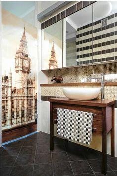 Łazienka na parterze zwraca uwagę dekoracyjnym wykończeniem. sciany wyłożono szklaną mozaiką, a drzwi z bezpiecznego szkła, które prowadzą do pomieszczenia gospodarczego, ozdobiono nadrukiem z londyńskim Big Benem.