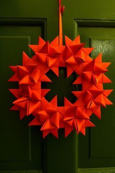 Türkranz aus roten Fröbelsternen zu Weihnachten