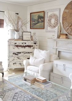 The Shabby Chic décor style popularized by Rachel Ashwell and Arhaus seeks to have an opulent vintage look. Shabby Chic furniture is given a distressed look by covered in sanded milk paint. Shabby Chic Living Room, Shabby Chic Homes, Shabby Chic Furniture, Shabby Chic Apartment, Rustic Shabby Chic, Shabby Chic Bedrooms, Urban Chic Bedrooms, Rustic Furniture, Luxury Furniture